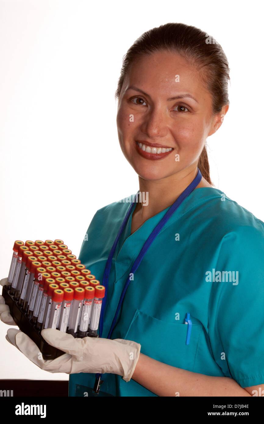 Ritratto di infermiere cura sangue esemplari del campione Foto Stock