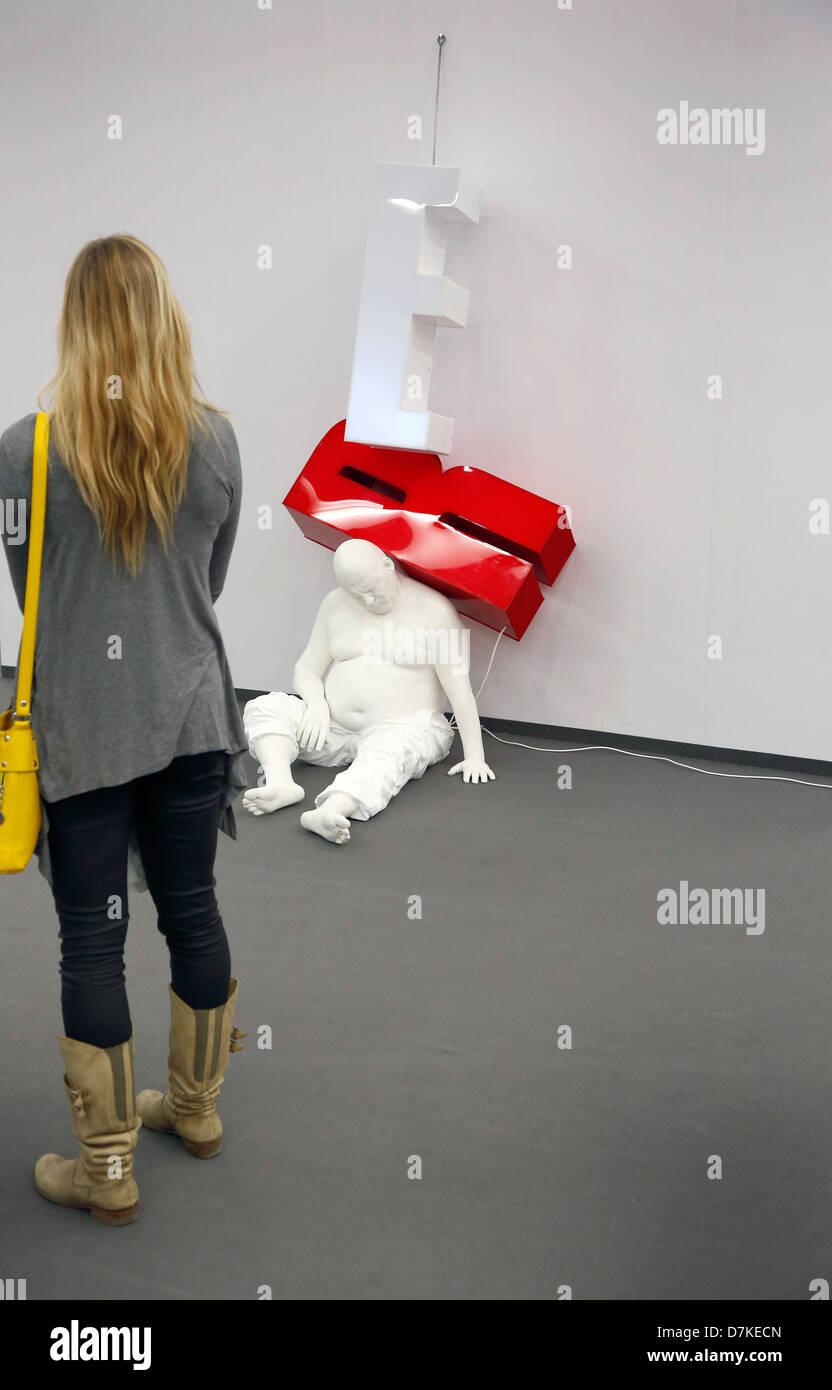 Colonia, Germania, visitatore equo davanti alla scultura ultimo sogno a Art Cologne Immagini Stock