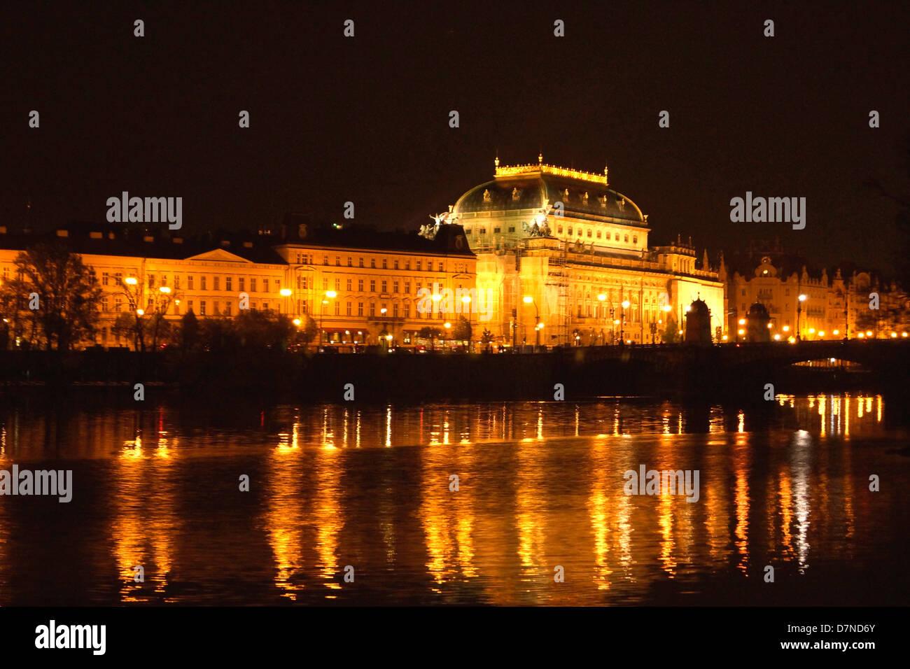 Vista notturna dal fiume Vltava, Praga, guardando verso la Czech National Theatre Immagini Stock