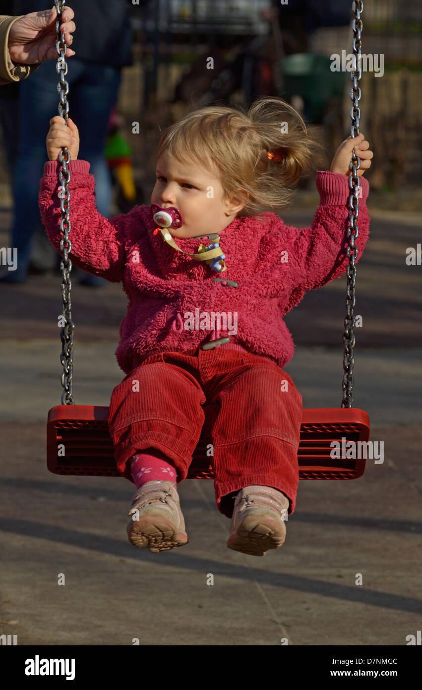 Baby girl giocando sull altalena a un open air park Budapest Ungheria c40af6bd96