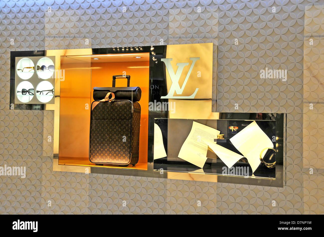 9fdcf123be Finestra di Louis Vuitton valigia boutique del centro commerciale di Dubai  EMIRATI ARABI UNITI Immagini Stock