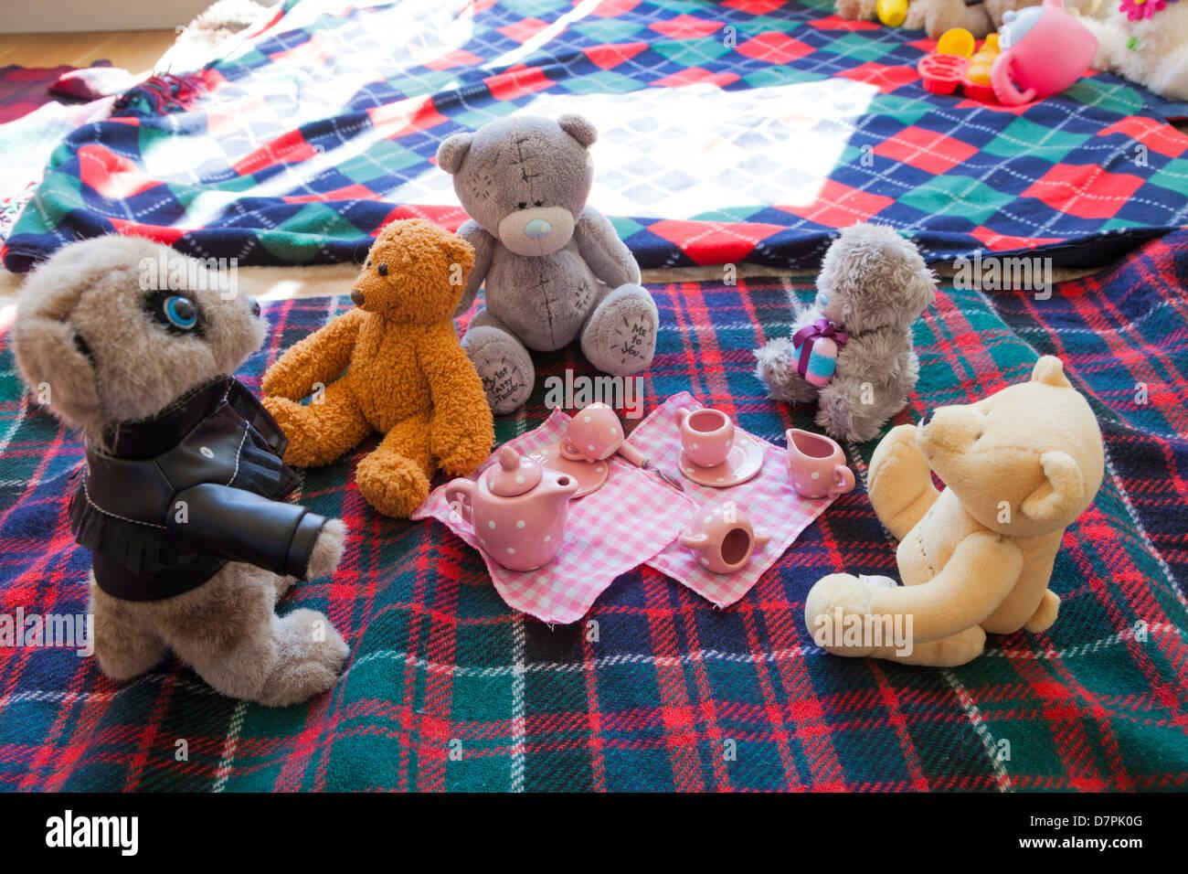 Giocattolo morbido impostato per un bambini orsetti picnic su una coperta. Immagini Stock