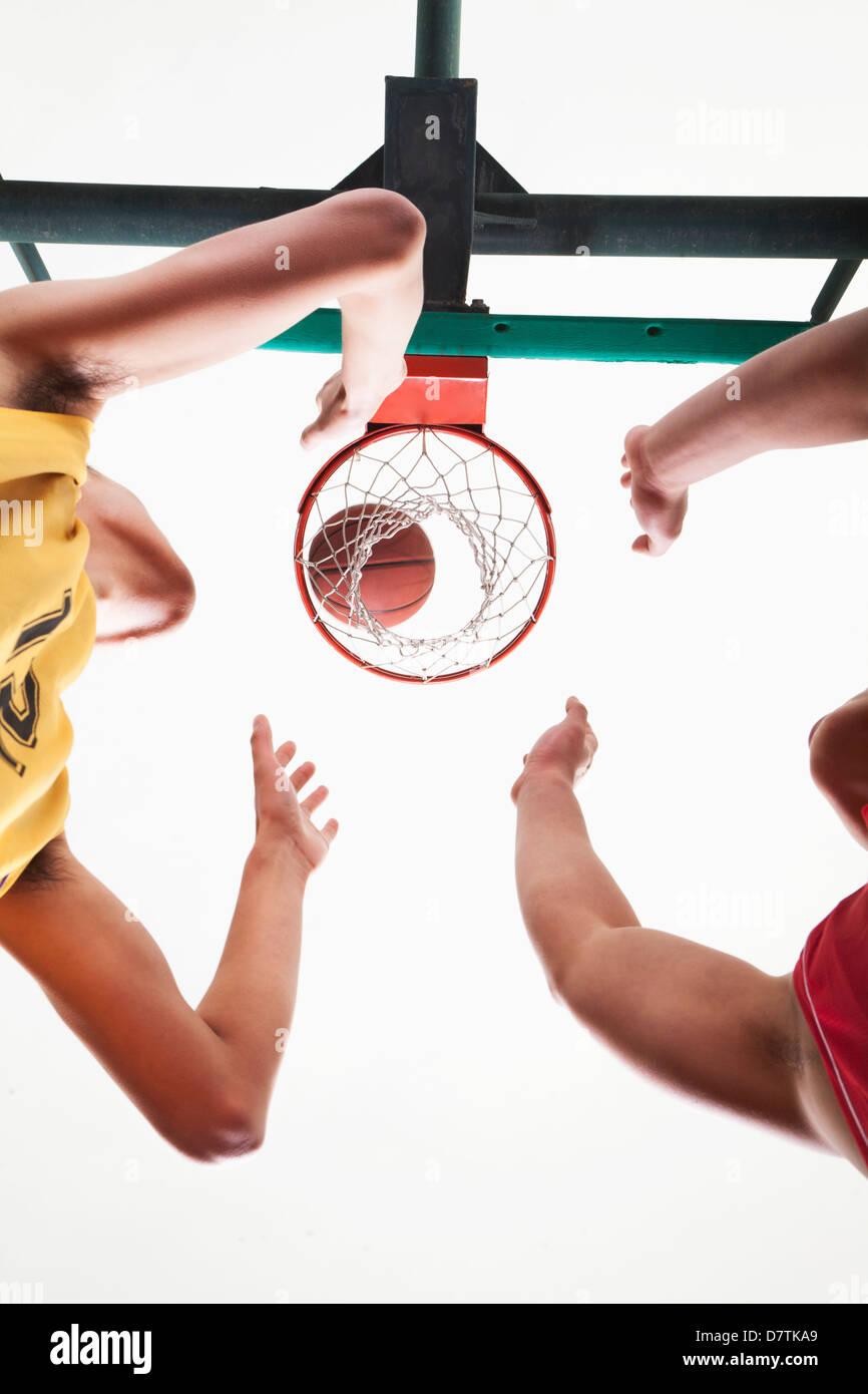 I giocatori di basket in attesa di un rimbalzo Immagini Stock