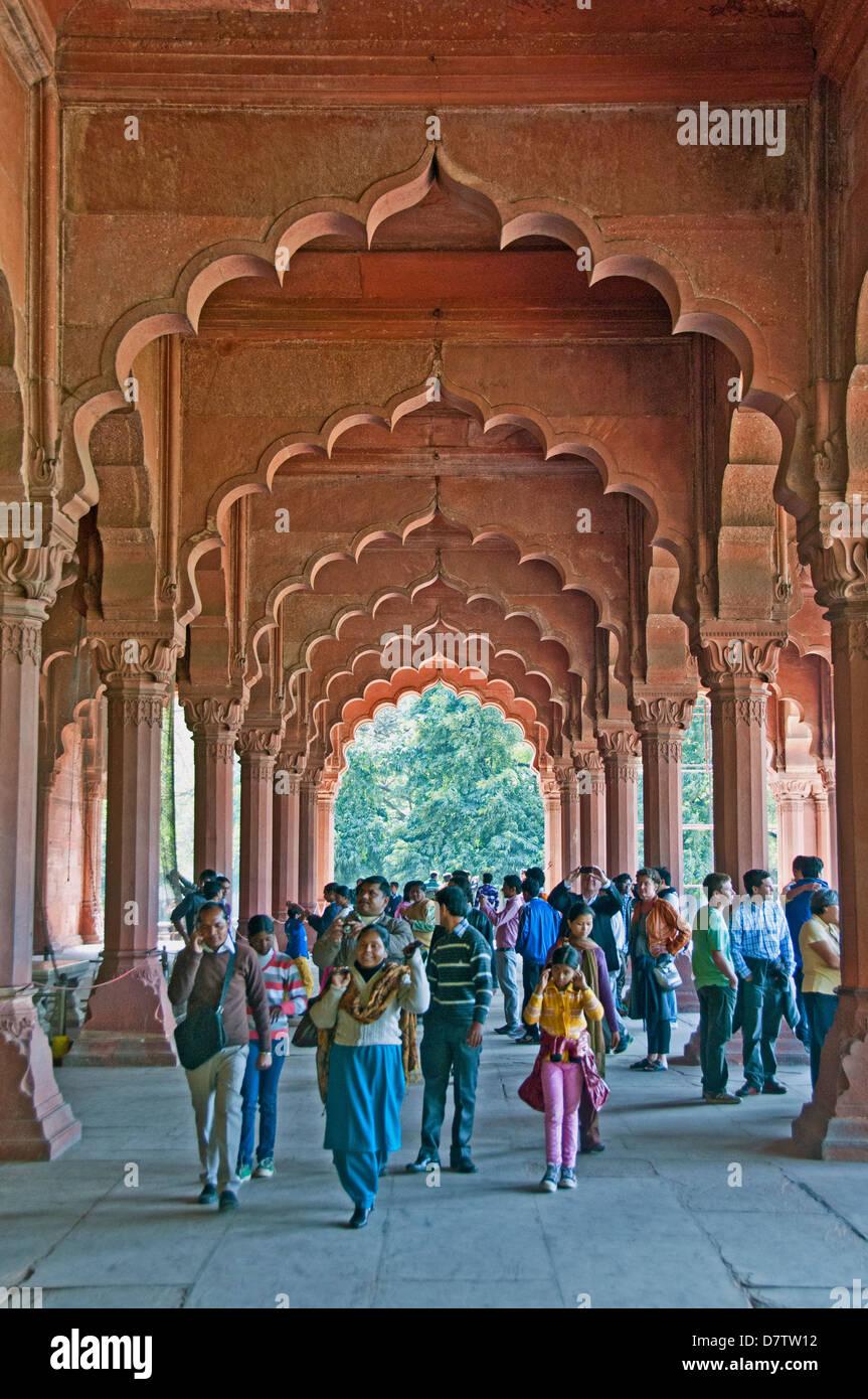 La sala posta nel Diwan-i-am (sala delle udienze pubbliche) e turisti nella Red Fort di Delhi, India Immagini Stock