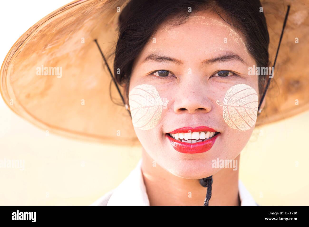 Ritratto retroilluminato locale di donna che indossa abiti tradizionali, vicino a Mandalay, Birmania Immagini Stock