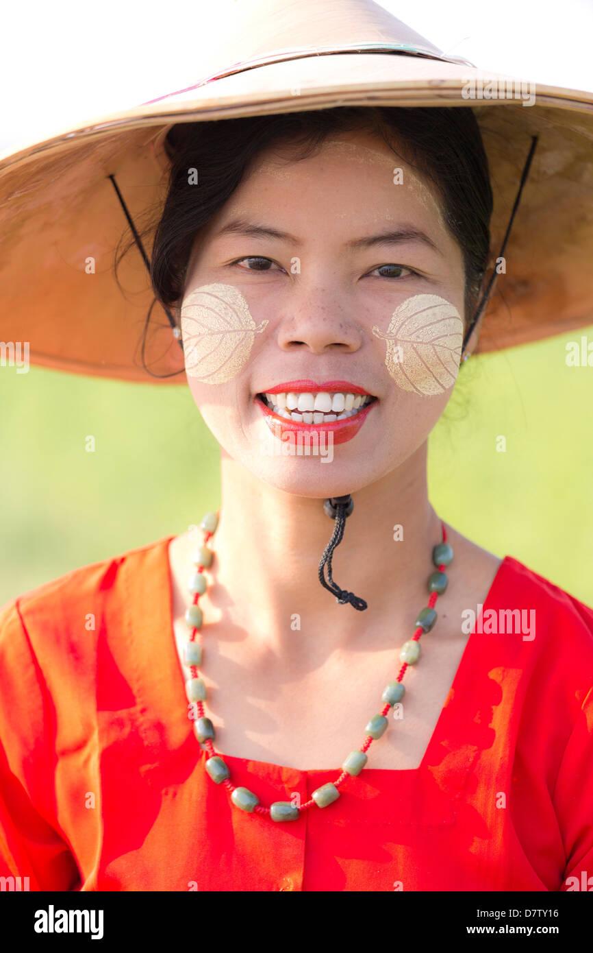 Ritratto di donna locale indossando abiti tradizionali, vicino a Mandalay, Birmania Immagini Stock