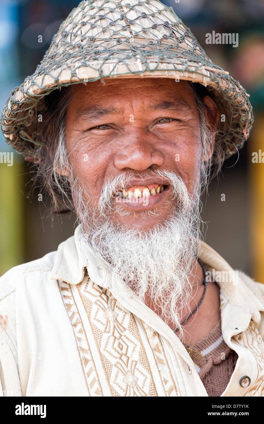 Uomo locale indossando il tradizionale cappello di bambù aec08641080e