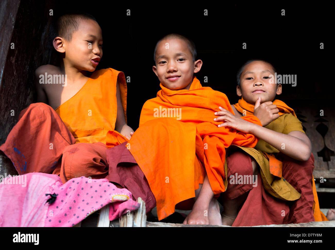 Tre monaci novizio nel villaggio nei pressi di Kengtung (Kyaingtong), Stato Shan, Birmania Immagini Stock
