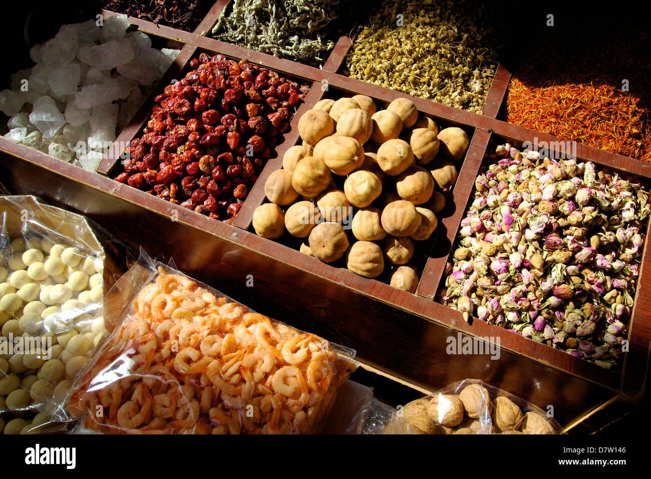 Street bancarella vendendo erbe e alimenti secchi, Dubai, Emirati Arabi Uniti, Medio Oriente Immagini Stock