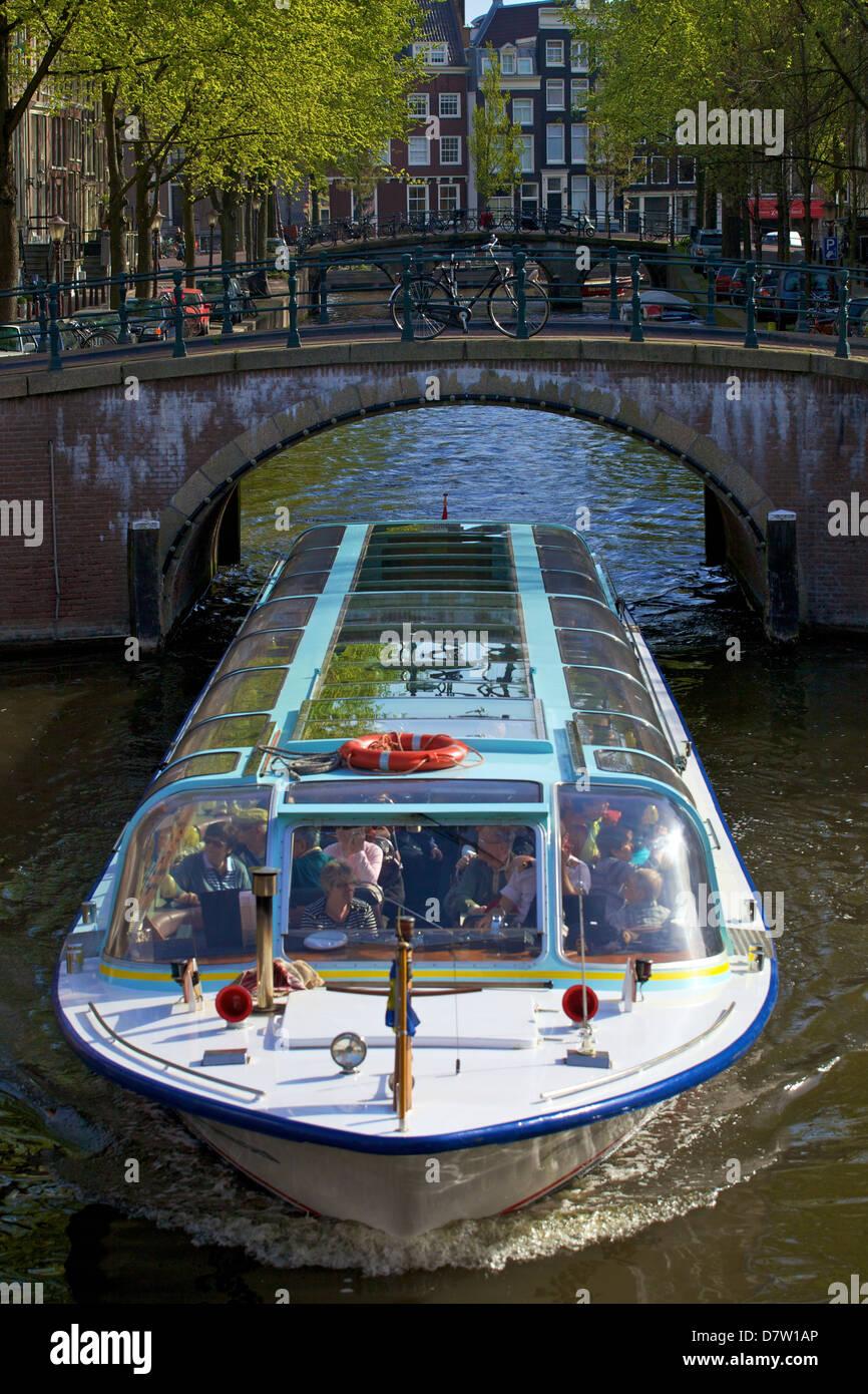 La barca turistica sul Keizersgracht, Amsterdam, Paesi Bassi Foto Stock