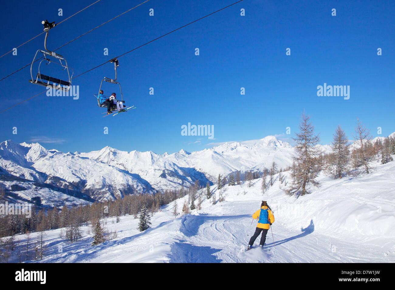 Seggiovia Vallandry con la Foret piste blu e Mont Blanc dietro, Peisey-Vallandry, Les Arcs, Savoie, sulle Alpi francesi, Immagini Stock