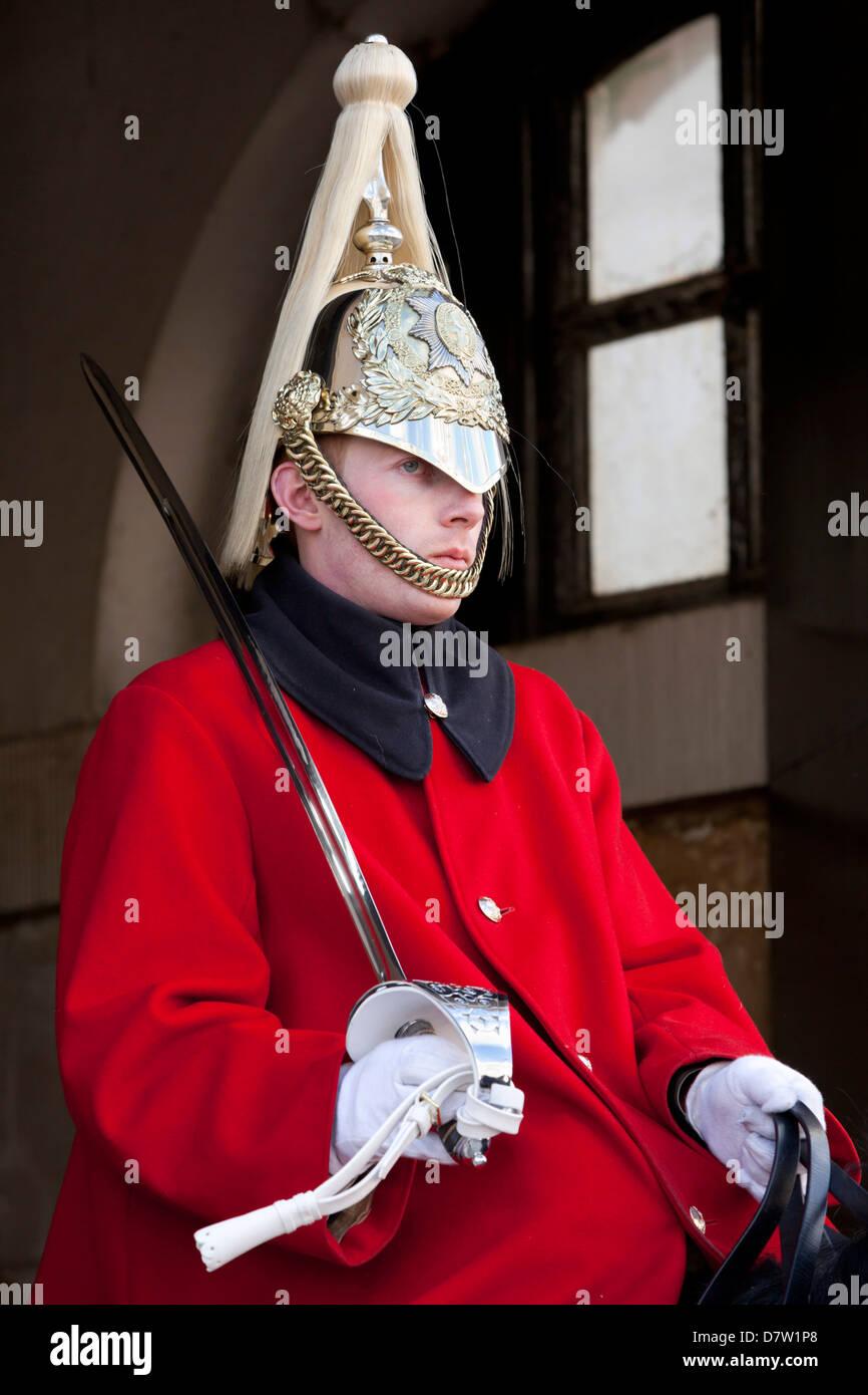 Montato Cavalleria domestici guard fuori dall'ingresso di Horseguards Parade, Whitehall, London, England, Regno Immagini Stock