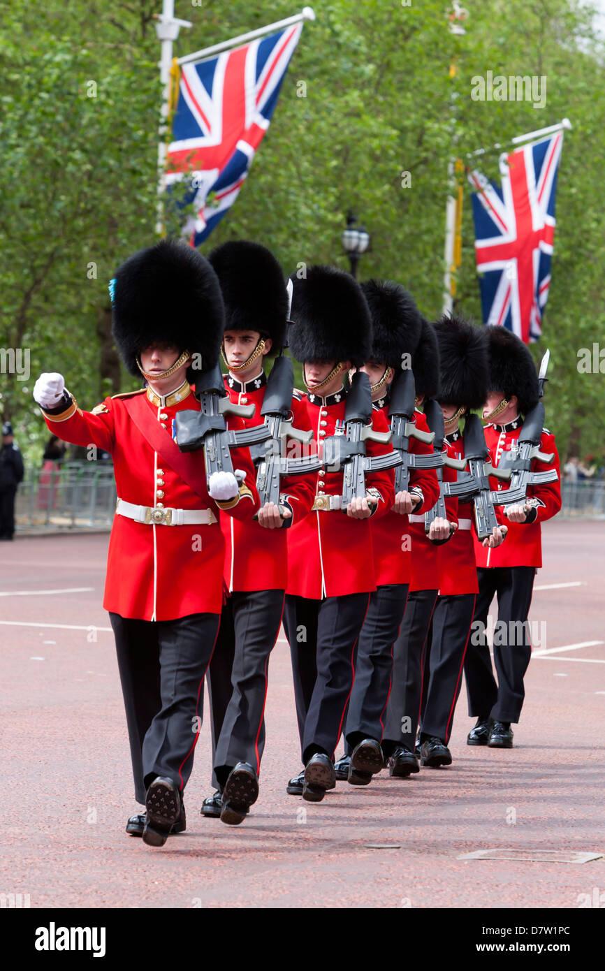 Irlandese guardie marciare lungo il Mall, London, England, Regno Unito Immagini Stock