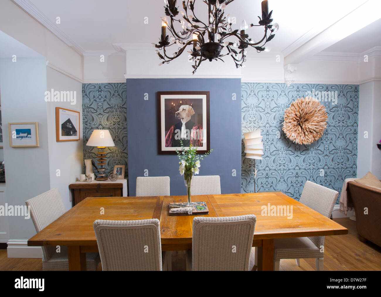 Una Sala Da Pranzo Con Grande Tavolo In Legno E Abbellita Da Lampadari Appesi Al Soffitto Foto Stock Alamy