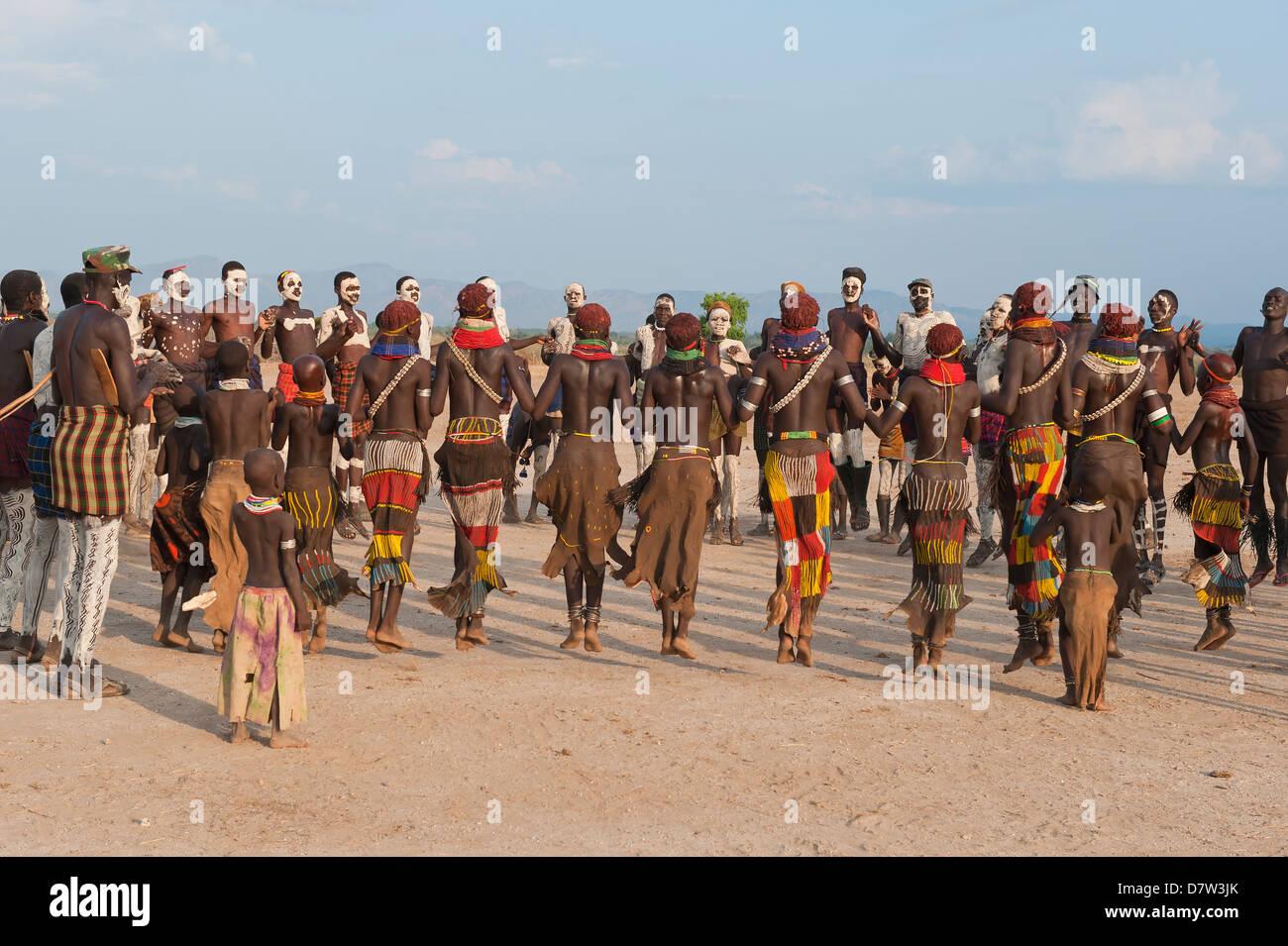 Nyangatom (Bumi) danze tribali cerimonia, Omo River Valley, Etiopia Immagini Stock