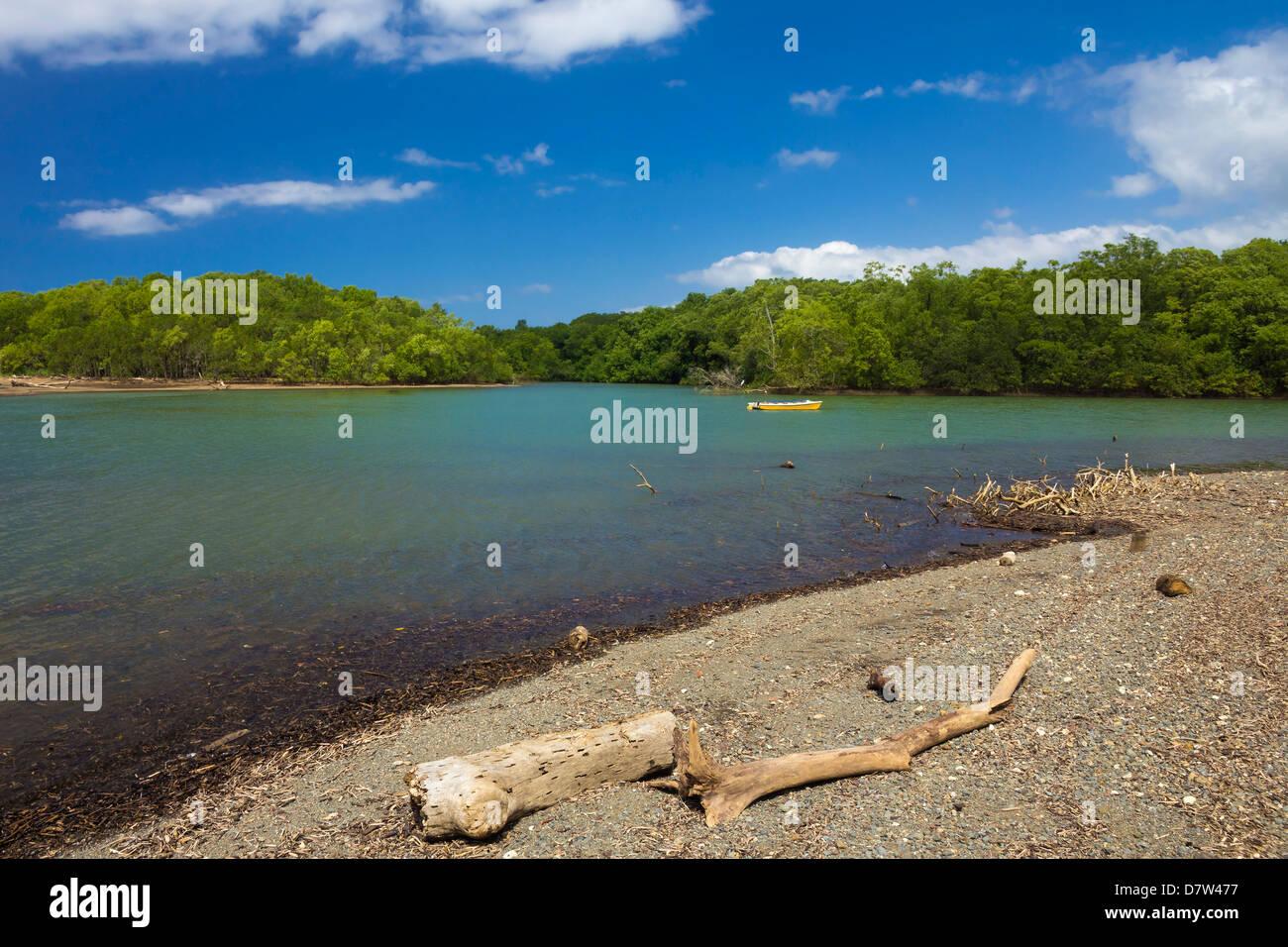 Vista attraverso il Fiume Nosara bocca verso la riserva biologica, Nosara, Nicoya peninsula, provincia di Guanacaste, Immagini Stock