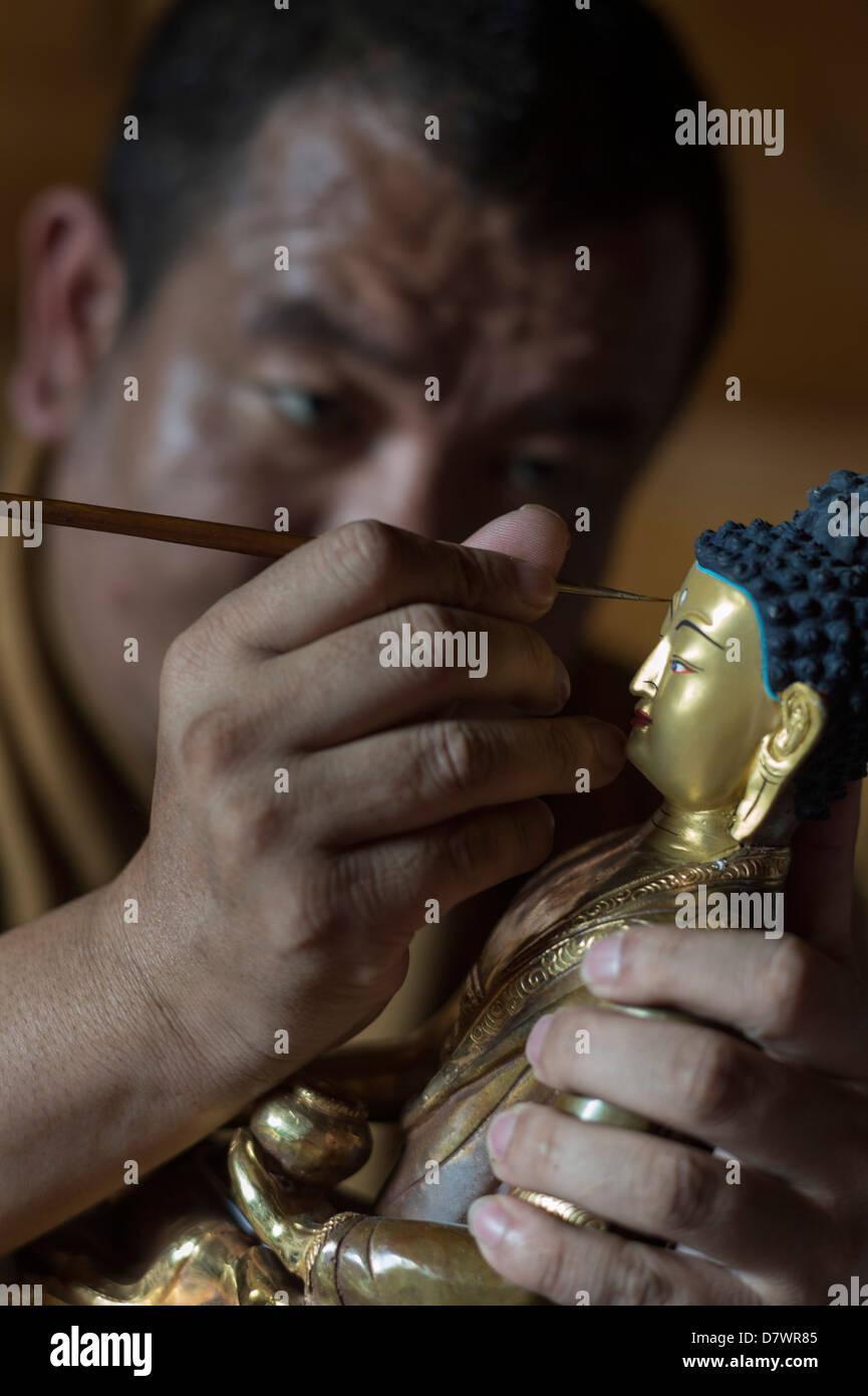 Thangka Academy, Shangri-La (Zhongdian), Yunnan in Cina. Lama Khedup pittura statua del Buddha. Immagini Stock