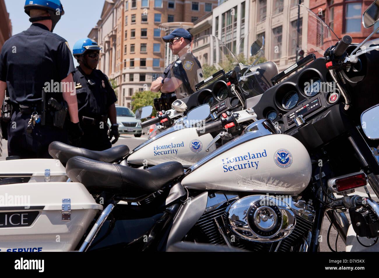 US Department of Homeland Security Federale Servizio di protezione ufficiali della polizia in piedi accanto al motociclo Immagini Stock