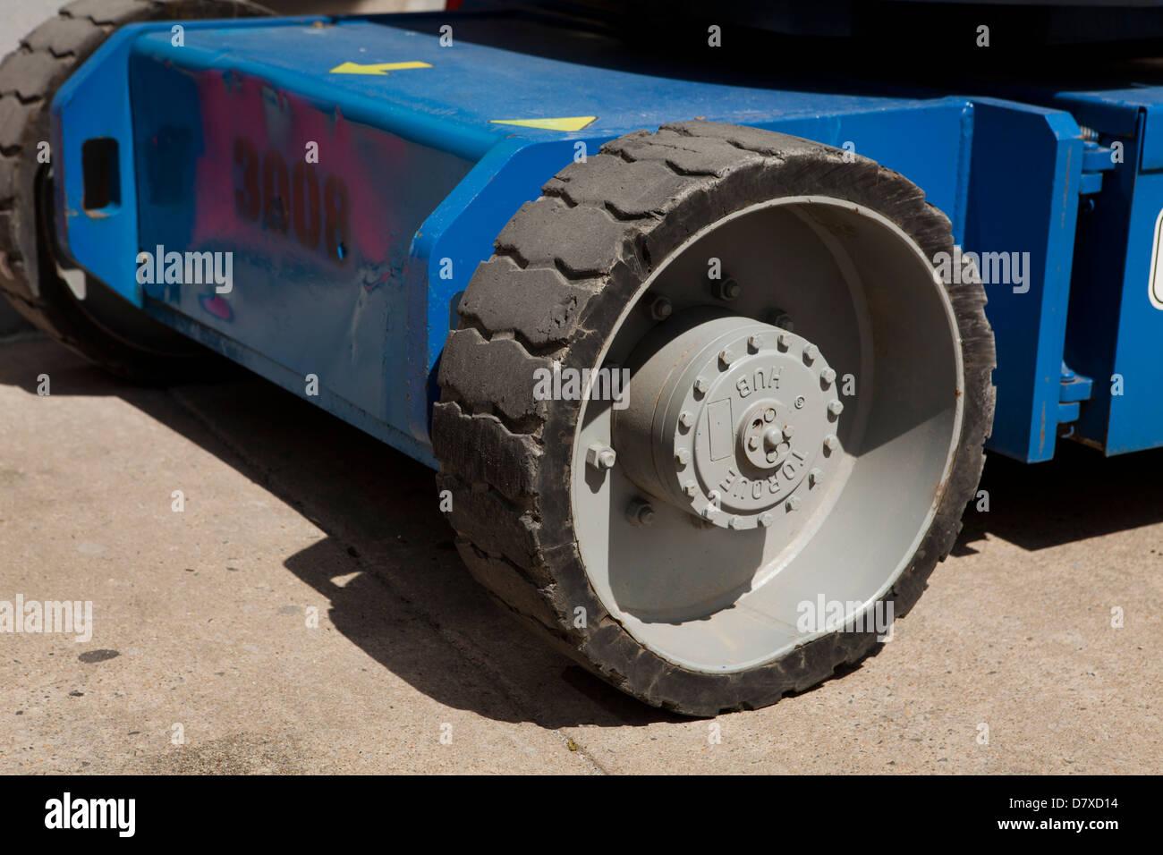 Ruota in gomma solida sul veicolo di costruzione Immagini Stock