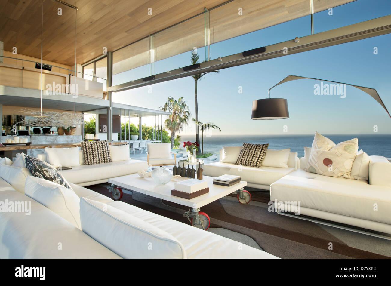 Divani e tavolo nel soggiorno moderno Foto & Immagine Stock ...