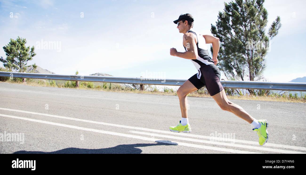 Runner in gara su strada rurale Immagini Stock