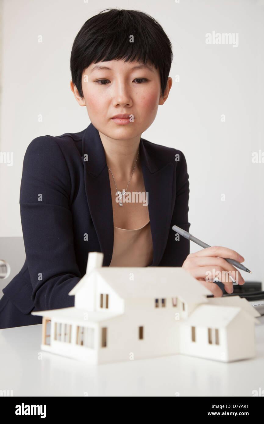 Imprenditrice lavorando sul modello in ufficio Foto Stock