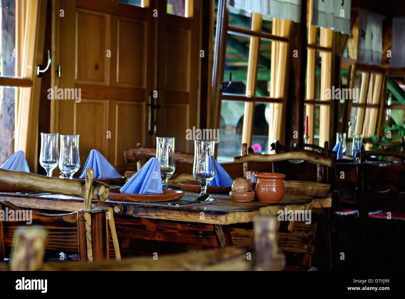 Vendita Sedie Legno Grezzo.Interno Del Paese Tradizionale Sala Ristorante In Serbia Con Sedie