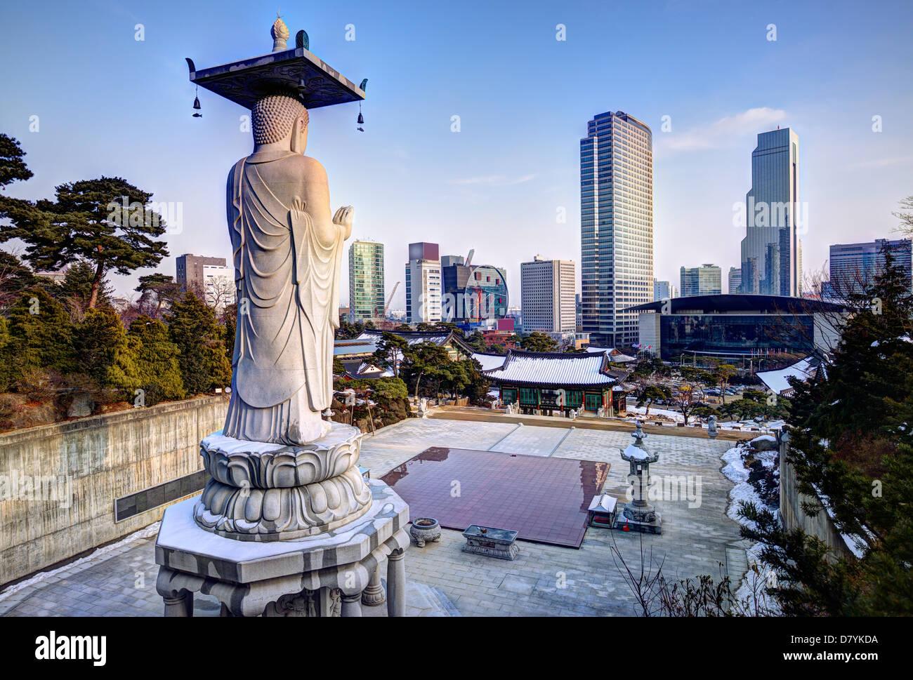 Skyline del centro di Seoul, Corea del Sud dal Tempio Bongeunsa Immagini Stock