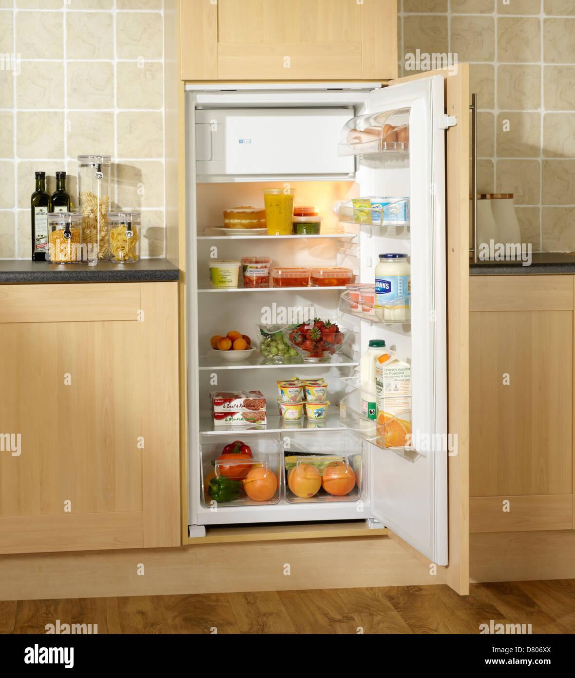 Alimenti refrigerati in una costruito nel frigo con piccolo ...