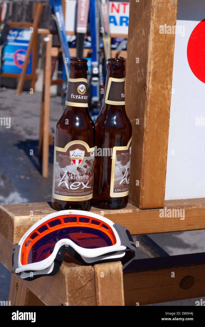 Maschere da sci e bottiglie di birra Immagini Stock