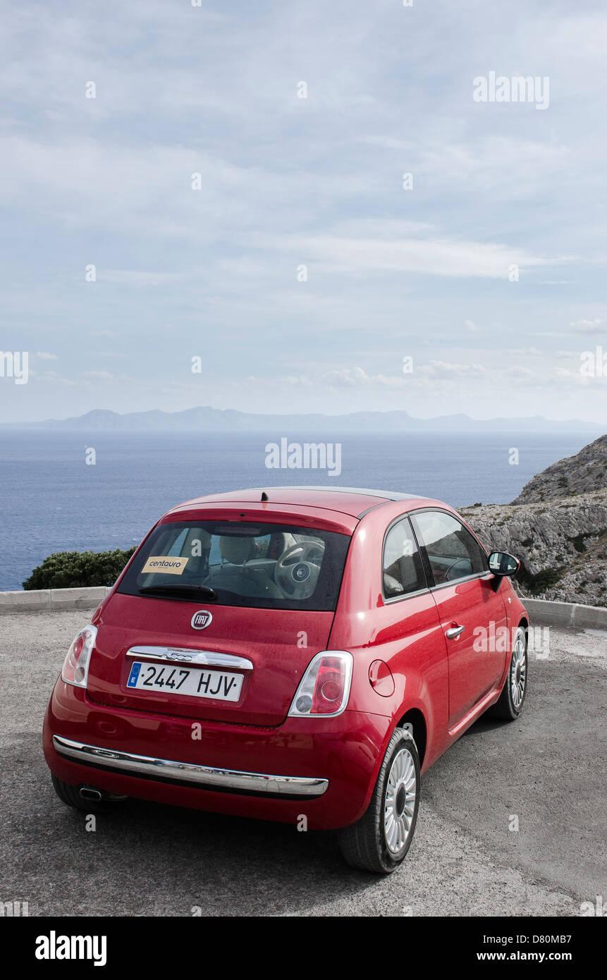 Vista Posteriore Di Un Rosso Fiat 500 Auto In Maiorca Spagna Foto