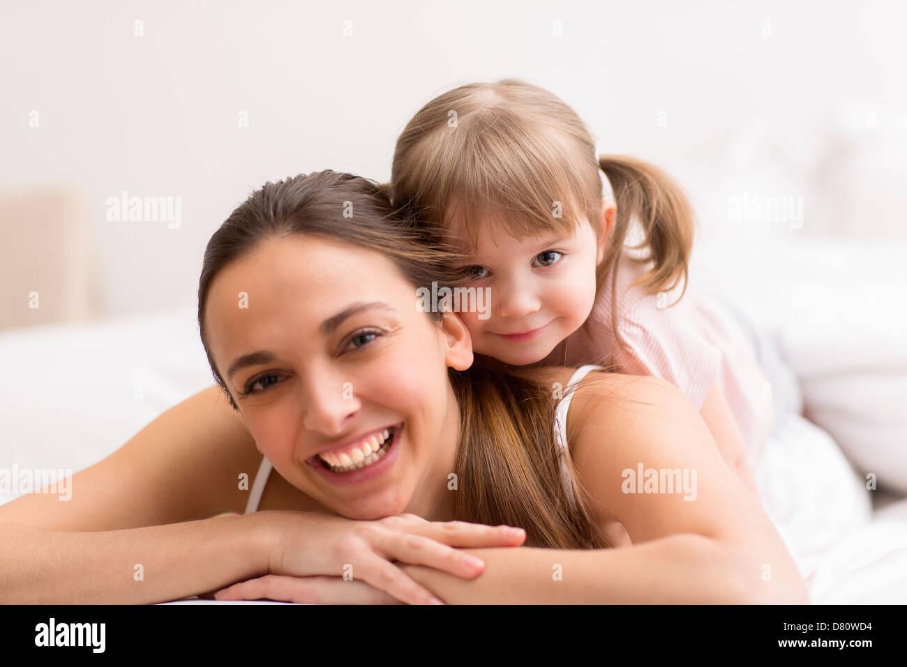 Ritratto di una famiglia a casa in camera da letto Immagini Stock
