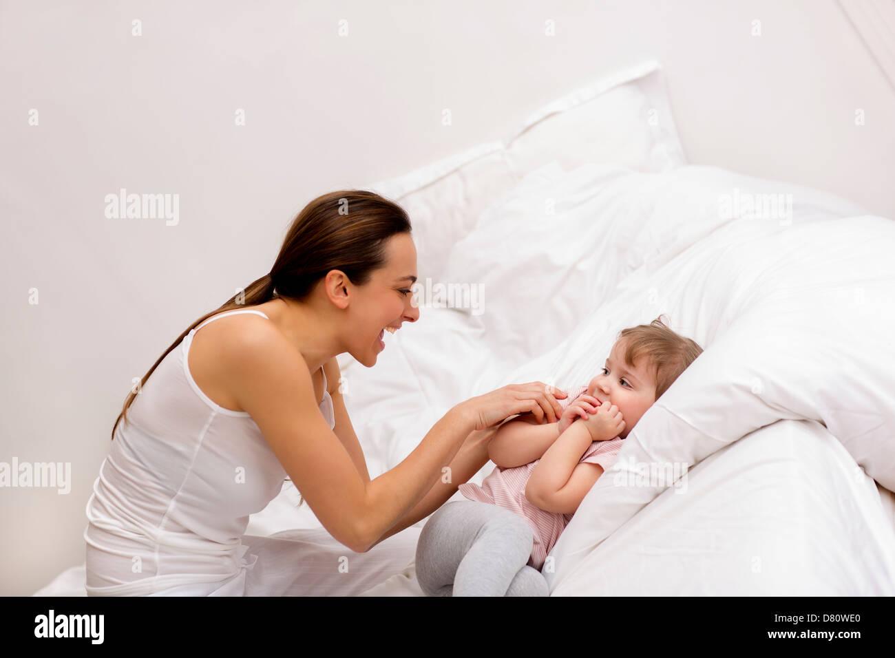 La famiglia a casa in camera da letto Immagini Stock