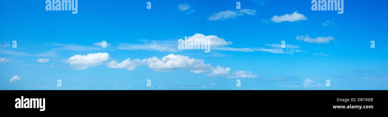 Blu cielo con alcune nuvole bianche. Scatto panoramico. Immagini Stock