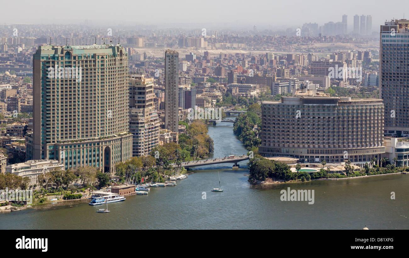 Vista aerea della città del Cairo lungo il fiume Nilo Immagini Stock