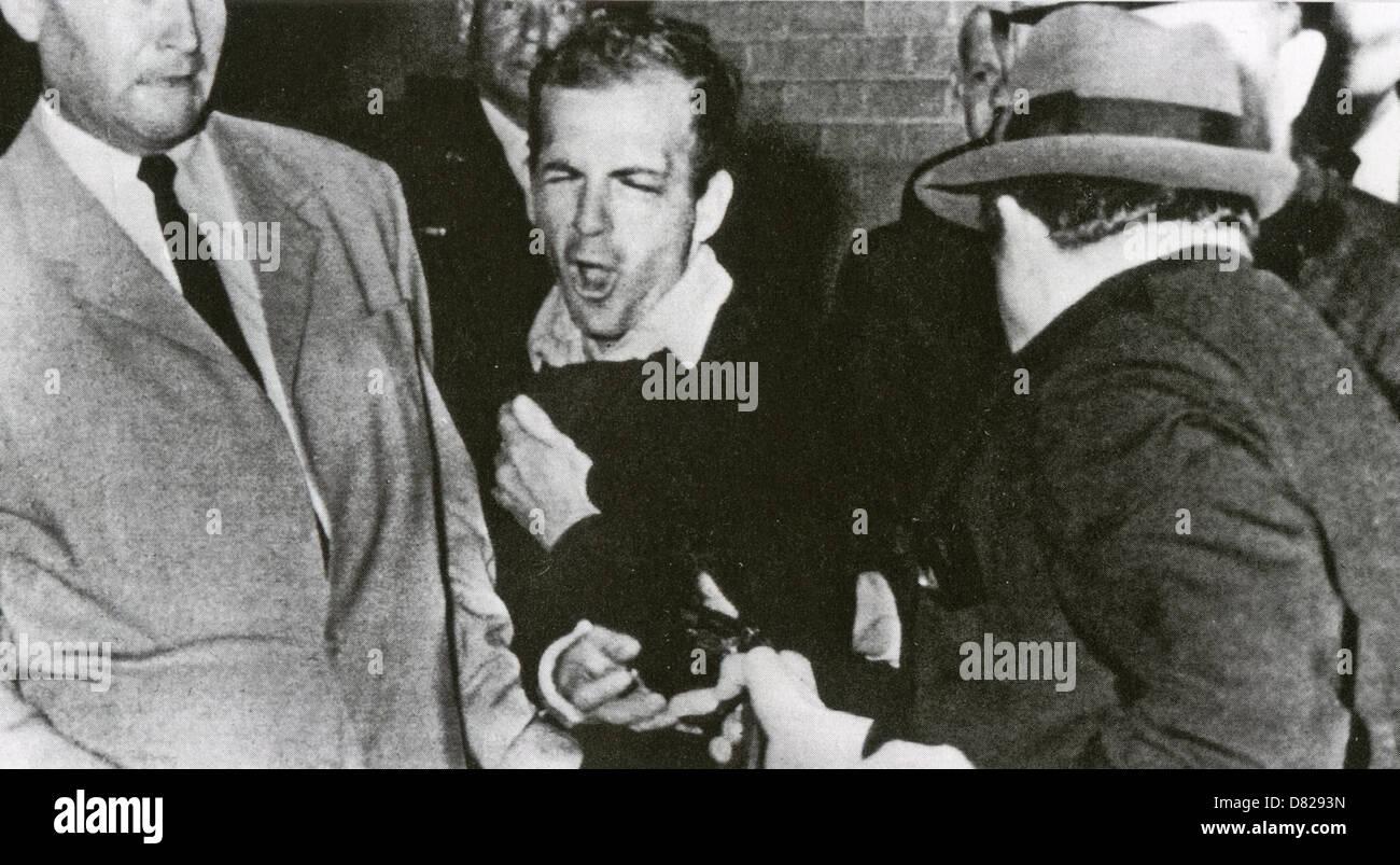 LEE Harvey Oswald (1939-1963) è girato da Jack Ruby nel seminterrato della polizia di Dallas HQ, 24 novembre 1963. Foto Stock