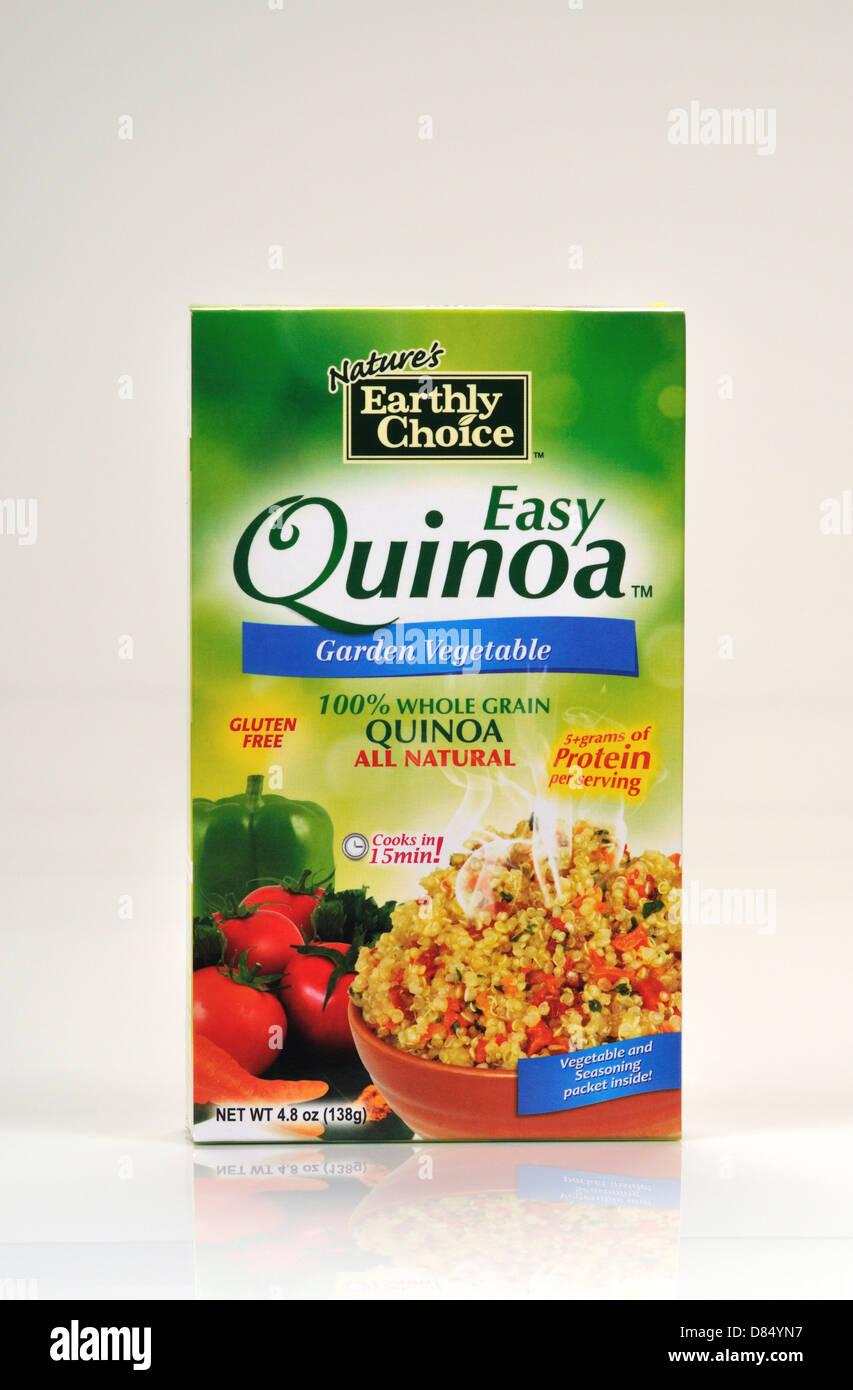 Confezione chiusa della natura terrena dell scelta facile la quinoa su sfondo bianco, ritaglio. Stati Uniti d'America Immagini Stock