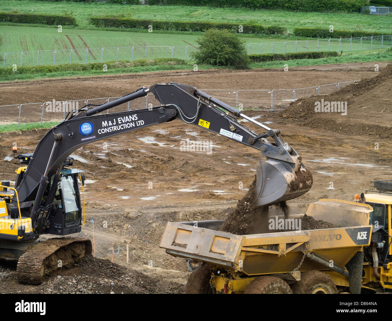 Macchinari pesanti preparare terreno saturo di acqua per l'alloggiamento di sviluppo, Grantham, Lincs Immagini Stock