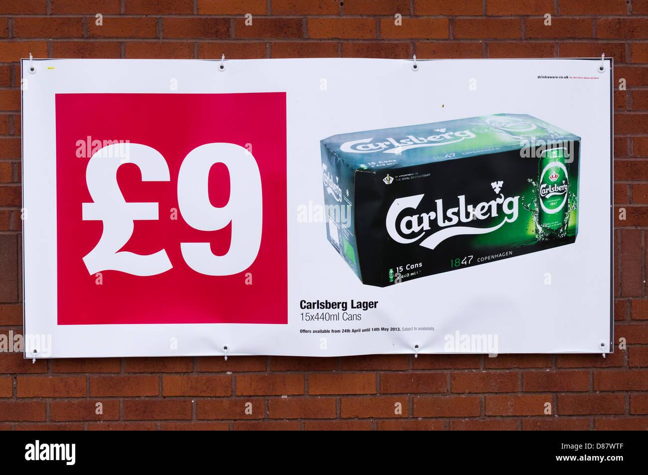 A buon mercato lager poster su una co-op supermercato, REGNO UNITO Immagini Stock