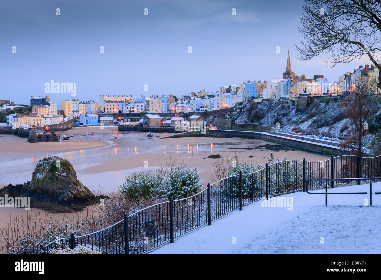 Neve invernale al Porto di Tenby Tenby Pembrokeshire nel Galles al crepuscolo Foto Stock