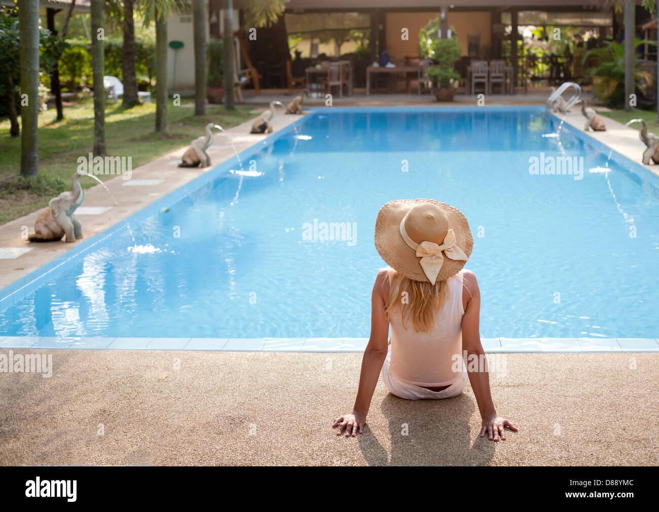 Donna in luxury spa resort vicino alla piscina Immagini Stock