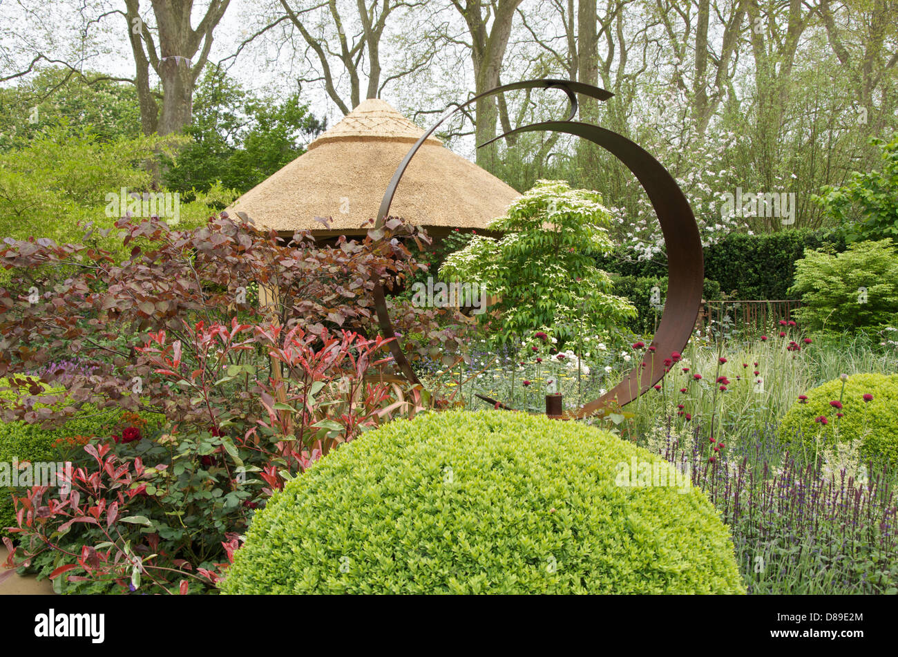 L'acciaio Corten scultura in M&G Centenario Giardino Windows attraverso il tempo' giardino alla RHS Chelsea Flower Foto Stock