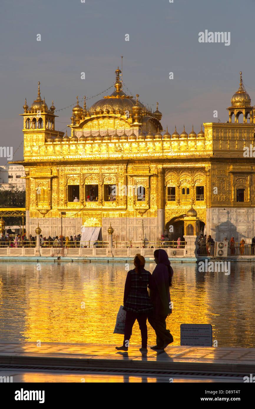 India Punjab, Amritsar e Tempio Dorato, Sikh ragazze guardando al tempio Immagini Stock