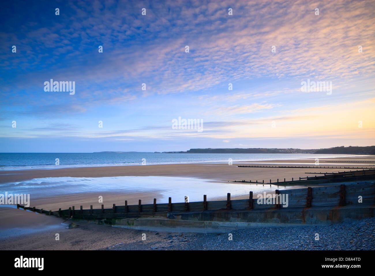 Spiaggia amroth nr saundersfoot pembrokeshire nel Galles al tramonto Immagini Stock