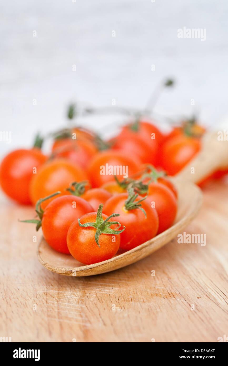 Diversi tipi di patrimonio i pomodori in scatti di stile. Immagini Stock