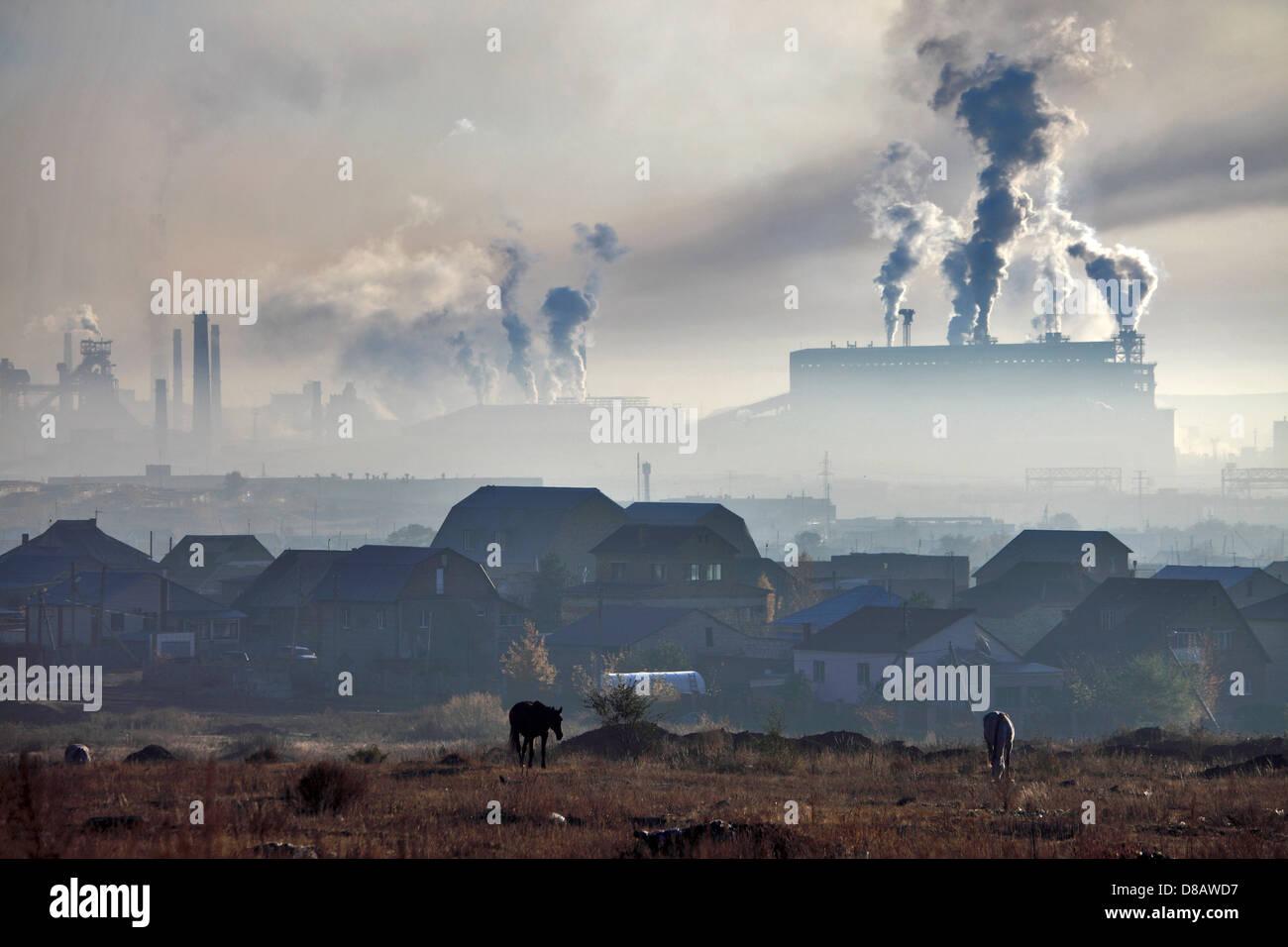 Karaganda - Inquinamento atmosferico da acciaio-opere ( Arselor Mittal Temirtau ) Immagini Stock