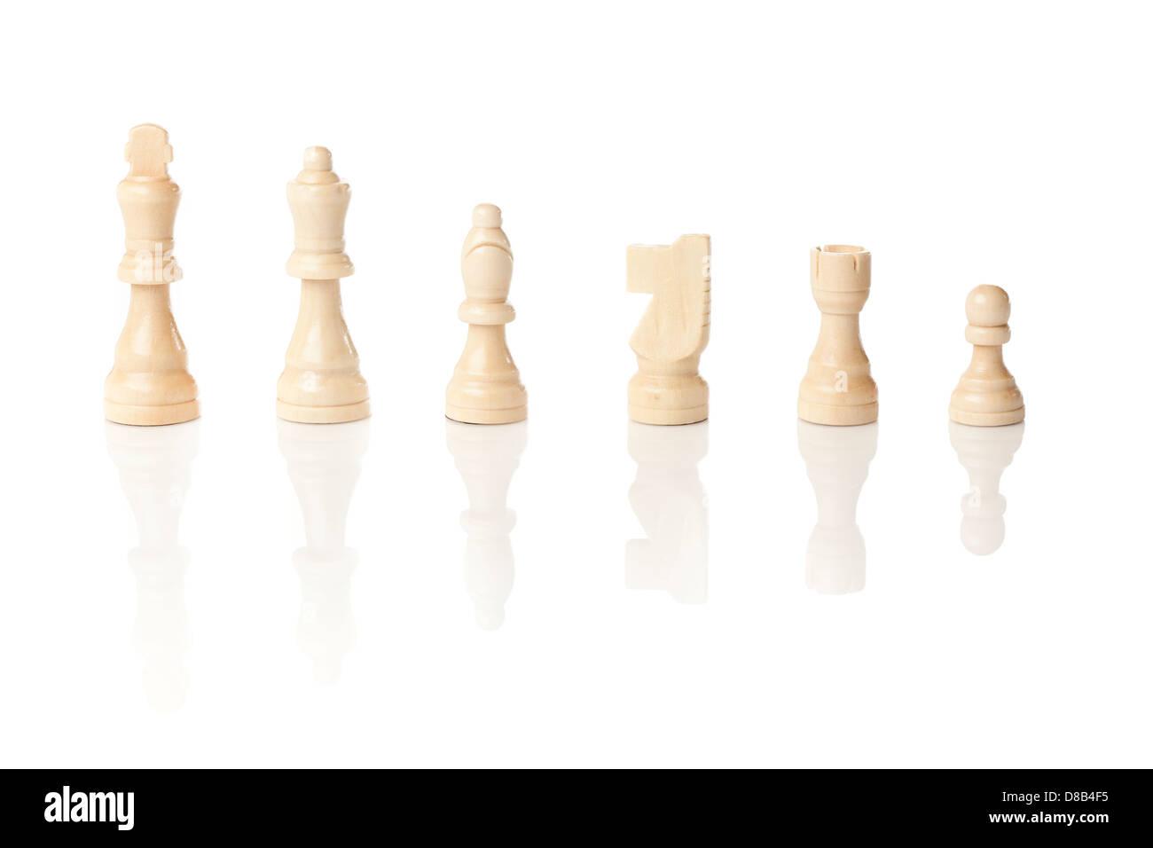 Classiche in legno scacchiera con pezzi di scacchi contro uno sfondo Immagini Stock
