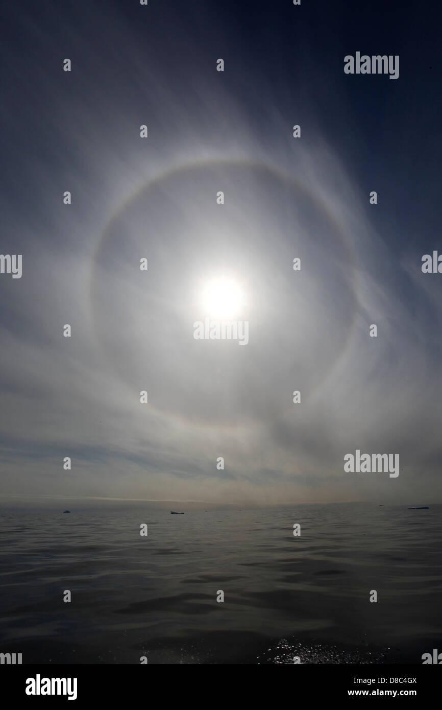 La corona del sole sopra il mare, Tasiilaq, est della Groenlandia Immagini Stock