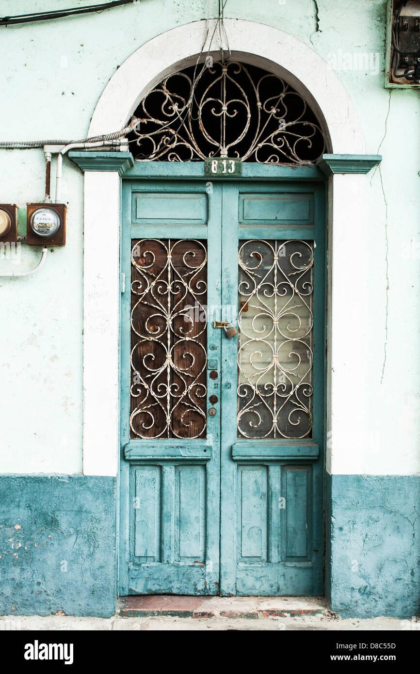 Porta di un vecchio edificio a Casco Antiguo. Immagini Stock