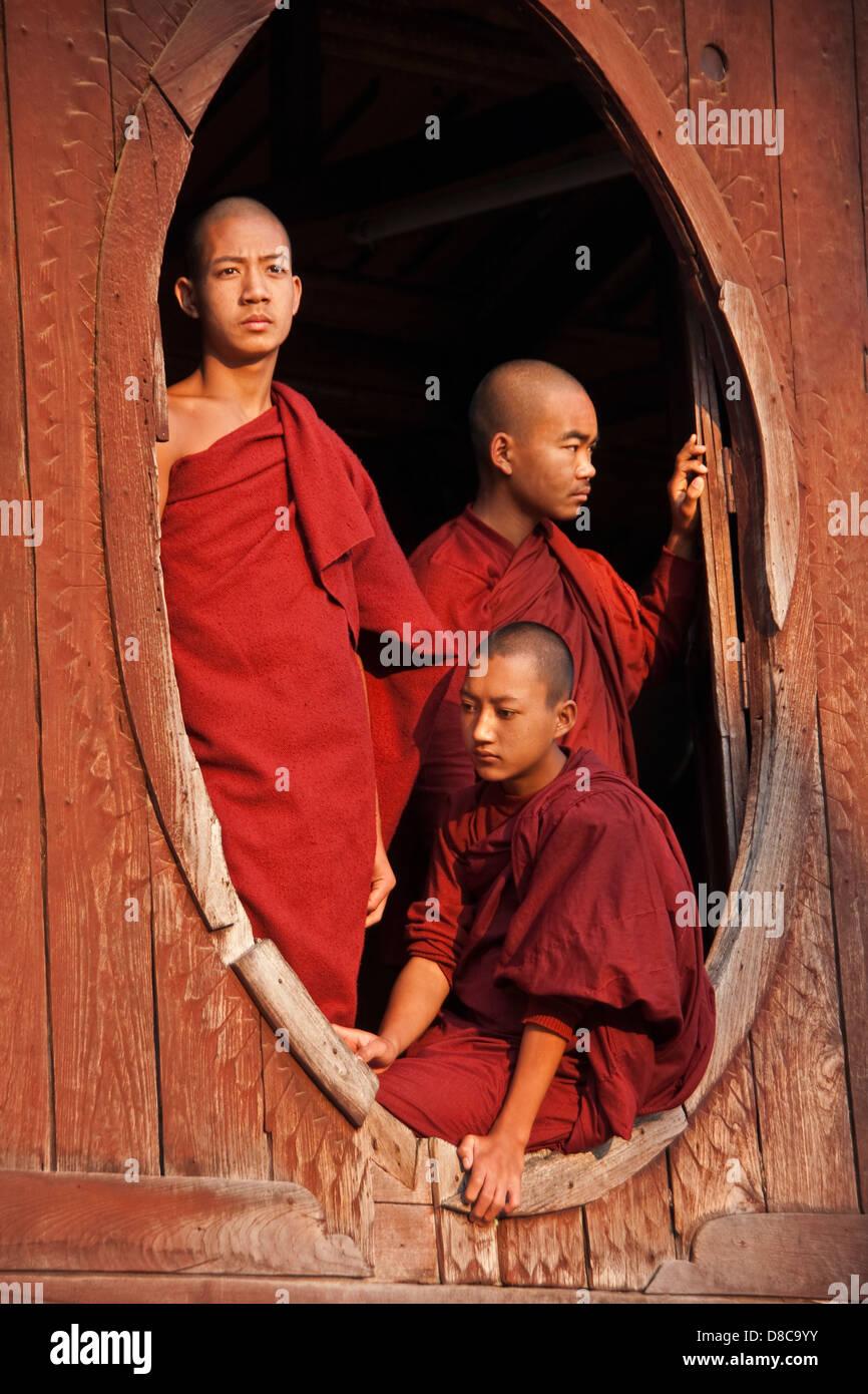 Il debuttante monaci nella finestra del monastero vicino Lago Inle nello Stato di Shan, Myanmar. Immagini Stock